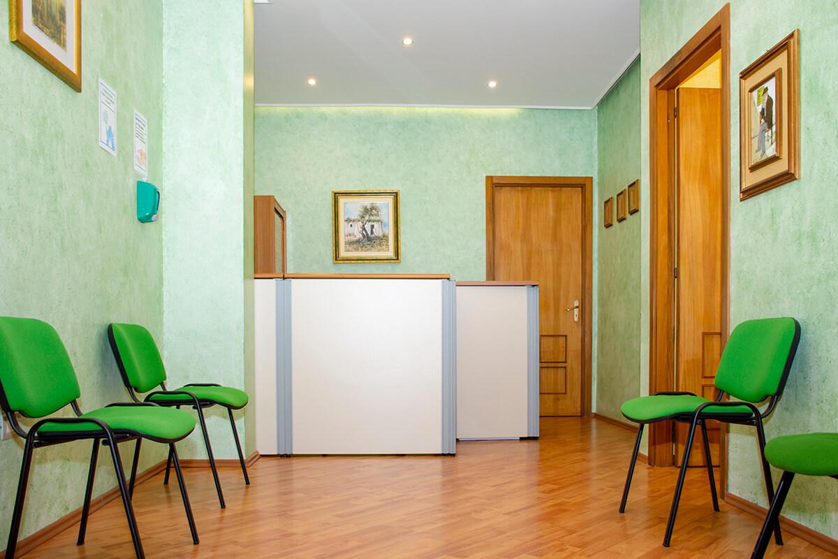 immagine ingresso studio sfondo e sedie colore verde antonio daniele osteopata