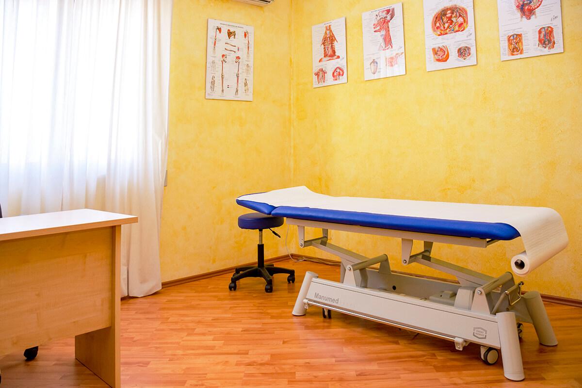 immagine studio colore giallo antonio daniele osteopata lettino massaggi